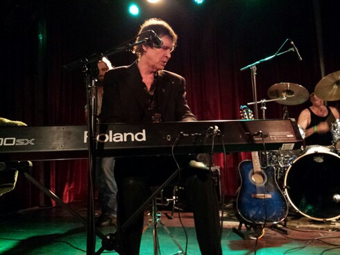 Dwight Twilley tickling the ivories.
