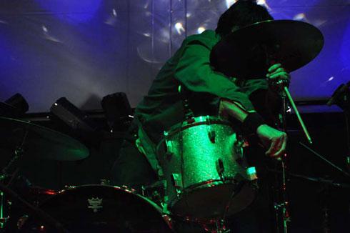 Jon Card sets up his drumkit by Femke van Delft